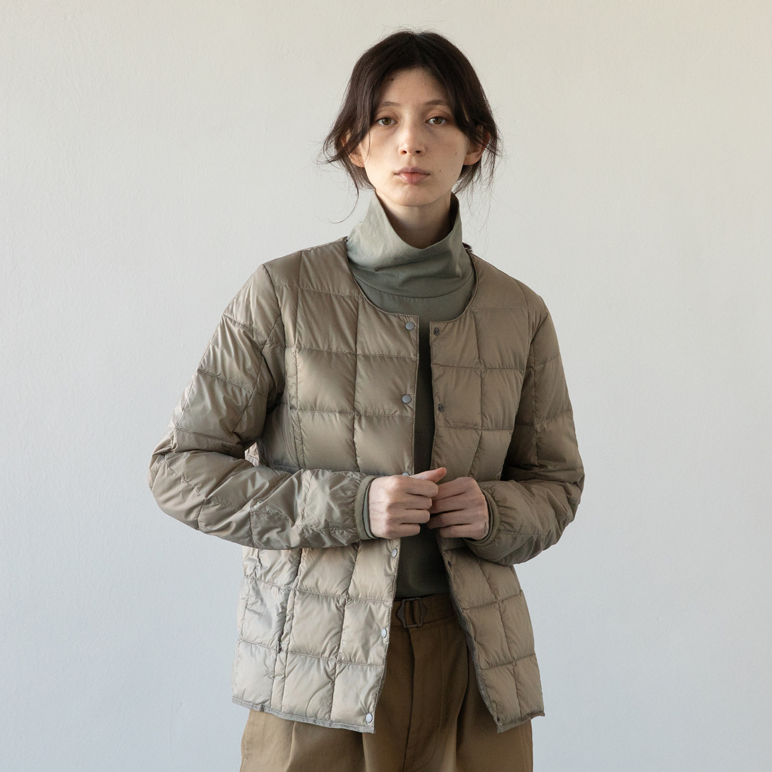 TAION X ANOTHEROFFICE WOMEN DOWN CARDIGAN (FADED KHAKI)